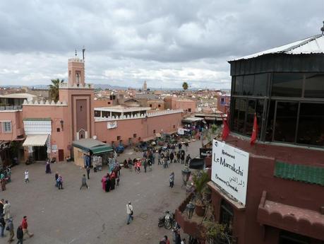 La place Jemma el-Fna. Au loin, l'Atlas.
