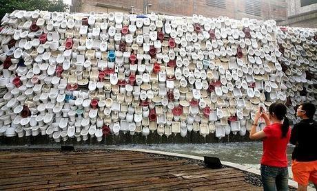 oeuvre d'art de shu yong, mur de toilettes à Foshang, touriste photgraphiant au premier plan