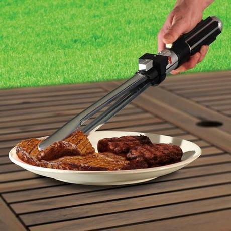 pinces pour barbecues en forme de sabre laser attrapant un steack cuit