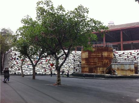 oeuvre d'art de shu yong, mur de toilettes à Foshang, de loin, arbre au premier plan