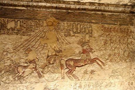 Amarna--Akhenaton-sur-son-char--sous-les-rayons-d-Aton--tr.jpg