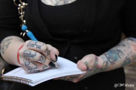 Freyja, chef venue tout droit d'Australie spécialement pour le salon du tatouage. Totalement excentrique mais jouant sur le fun, elle ne boude pas la folie capillaire.