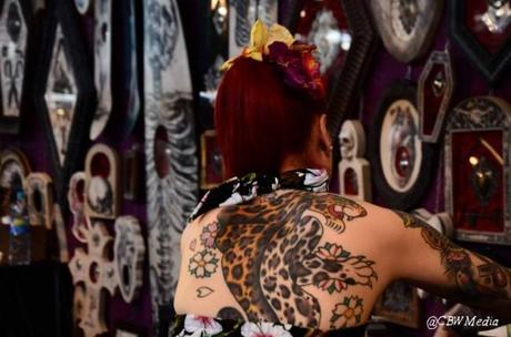 Nikki Pozo, femme de tatoueur El Rana, plus connue sur le nom de Nikki Leigh, sirène du style, modèle pin-up totalement rétro et magique à l'accent bien marqué