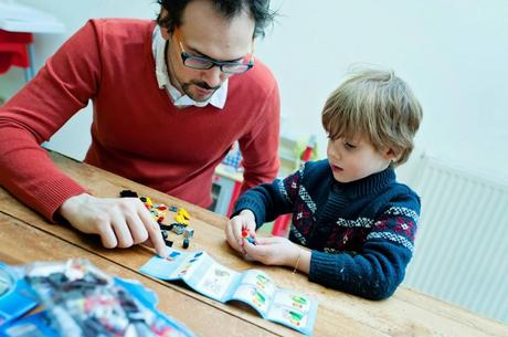 Papa aide Charly a construire son premier LEGO