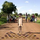 Il photographie les enfants du monde et leurs trésors