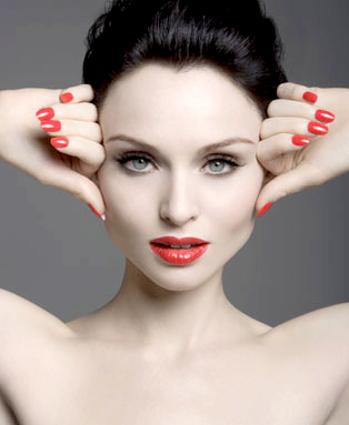 Le DJ Guena LG invite Sophie Ellis Bextor sur son single, Back 2 Paradise.