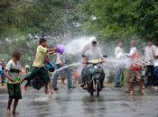 HISTOIRE D'EAU. Birmanie fête joyeusement nouvel coups seau d'eau, d'arrosoirs d'aspersions dans tous pays, selon tradition Thingyan.