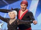 grand-mère fait show salsa spectaculaire