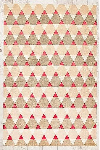 Tapis à imprimé triangulaire 5x7 - Urban Outfitters
