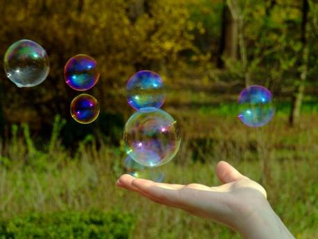 Hand_holding_a_soap_bubble