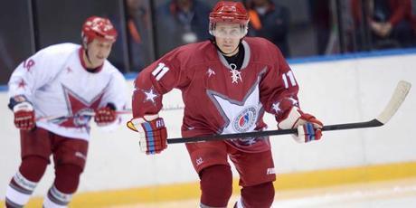 Vladimir Poutine rejoue au Hockey à Sotchi