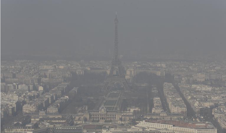 Paris recouvert d'un nuage de pollution, 13 mars 2014 (Reuters).