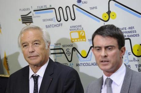 Aux côtés de Manuel Valls, François Rebsamen posant devant une infographie réalisée par les services de son ministère. Un schéma qui explique limpidement les bénéfices auxquels le pays peut s'attendre grâce à ses bonnes idées - WITT/SIPA