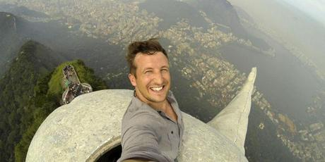 Lee Thompson se prend en selfie sur le Christ de Rio