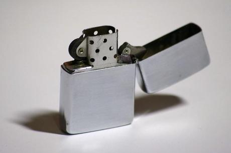 Zippo steel [JdR Contemporain] Le Kit de laventurier moderne