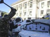 LÂCHETÉ. Ukraine: cocktail Molotov jeté contre l'ambassade Russie Kiev