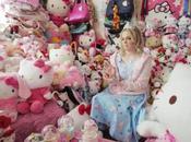Cette femme plus grande d'Hello Kitty avec objets