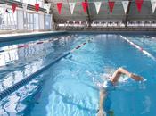 Sculpter corps avec natation sport piscine.