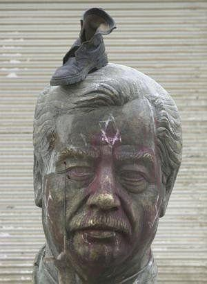 saddam_hussein_shoe_on_head