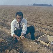 André Hennuyer dans son champ