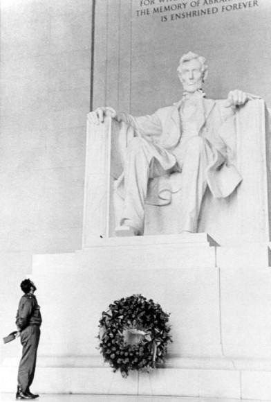 Fidel-Castro-lays-a-wreath-at-the-Lincoln-Memorial