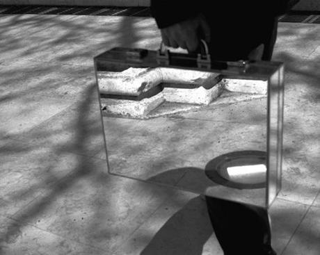 the-mirror-suitcase-man-07