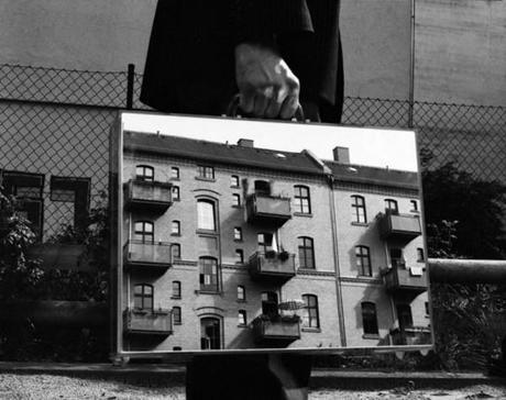 the-mirror-suitcase-man-01-600x476