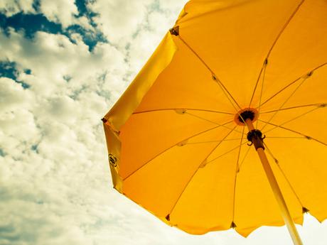 Conseils pour aller à la plage : prendre un parasol
