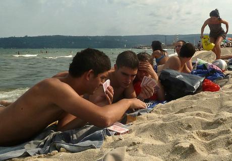 Conseils pour aller à la plage : prendre un jeu un livre