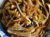 Nouilles somen sautées poireaux, pousses soja cacahuètes