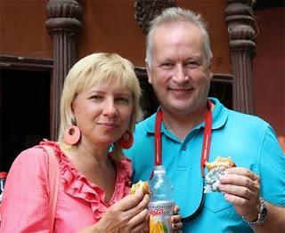 Elena Boric et Robert Zsifkovits ont testé le sandwich indien dénommé Wada Pav - Photo © Amruta Mokal