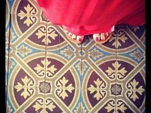 Corail sur mes ongles, à mes pieds, comme la robe que je voulais et celle que j'ai eue (c) D'une île à Paris