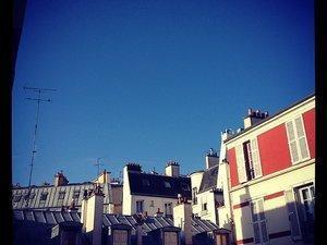 Rouge dans Paris, sur mes ongles, dans mon assiette, mon coussin de salon, ma maison et mon plot de cuisine (c) D'une île à Paris