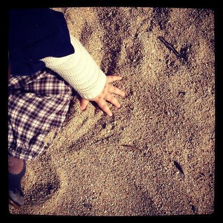 Sa petite main dans le sable (27 octobre) <script type=