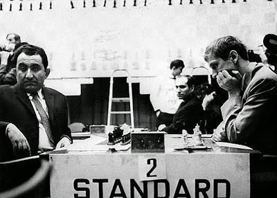 Buenos Aires, Tigran Petrossian et Bobby Fischer concentrés pendant leur match des candidats en 1971