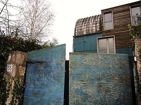 portail et maison bleus, arbres