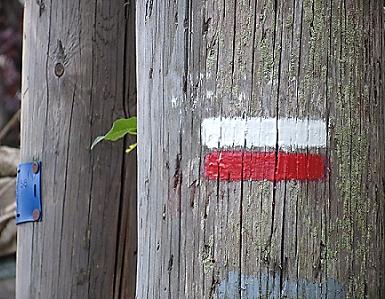 trace blanche et rouge sur un poteau indiquant un GR