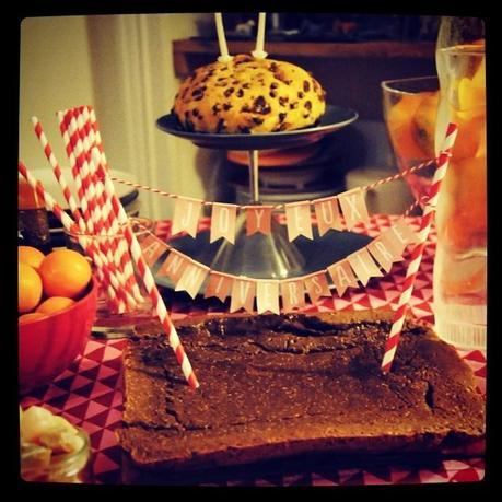 Sa 1ère bougie et son 1er gâteau (glacé car réunionnais) et la déco de fête pour son 2ème anniversaire