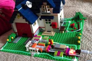 LittleBits se veut un peu le jeu de briques du XXIeme siècle. Vous pouvez créer vous-même un robot pour nourrir les poissons, télécommandé via internet !