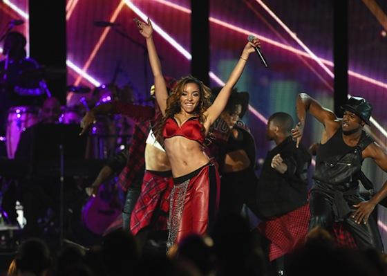 VIDEO: TINASHE – « PRETEND » & « 2 ON » @ SOUL TRAIN AWARDS