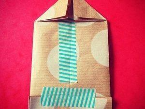 Puis on plie, on ferme avec du joli masking tape et j'ai juste ajouté 2 pliages de plus pour former une petite maison