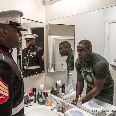 Voilà ce qui se passe quand un soldat se regarde dans un miroir !  Recently updated !