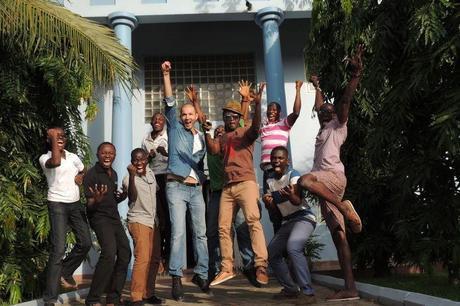 De jeunes startupeurs ghanéens devant le siège de MEST à Accra (Ghana).