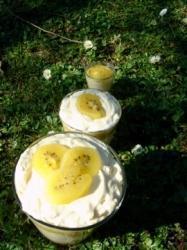 recette de tiramisu aux kiwis jaunes sur assiettes et gourmandises