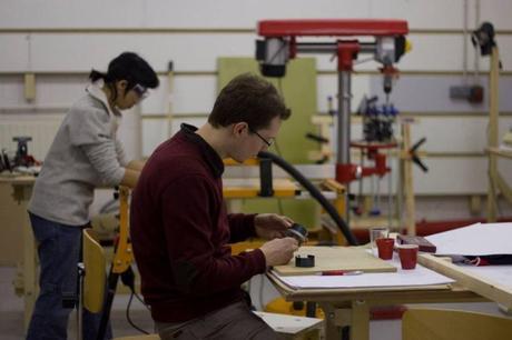 À l'intérieur du lab : scies, fraiseuses, découpeuses, imprimante 3D...