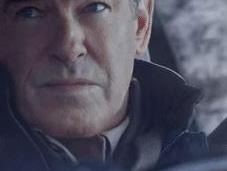 Pierce Brosnan redevient James Bond temps d'une drôle