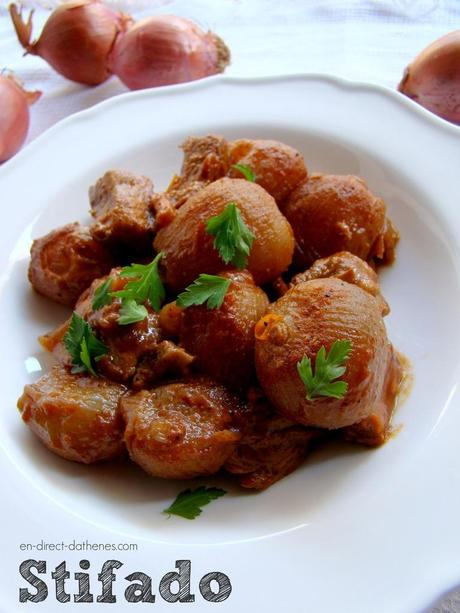 Le stifado ou ragoût de boeuf aux petits oignons un peu comme un boeuf bourguignon à la grecque