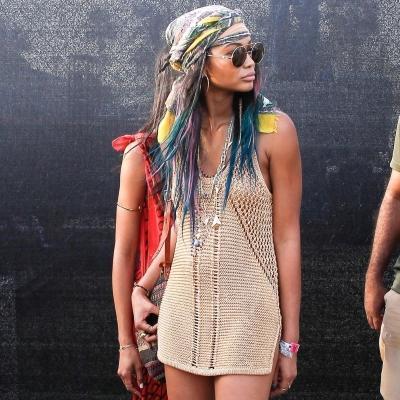 festival-coachella-2014-top-chanel-iman-coiffure-avec-un-foulard-très-en-vogue-cette-saison-estivale