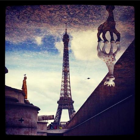 11) En ce moment, je balade une petite Sophie la girafe avec moi dès que j'ai un déplacement dans Paris à faire. Et je la prends en photo dans cette ville mythique. Un peu comme le nain d'Amélie Poulain, mais en plus bruyant et uniquement à Paris. Et j'aime bien ! #sophiedansparis #sophieetmoi #enbalade