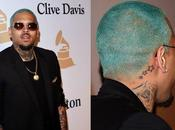 Chris Brown teinture bleue nouvelle coupe cheveux pour Grammy Awards